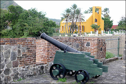 Leeward Islands, Sint Eustatius - Canon in Fort Oranjestad