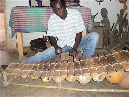 Burkina Faso - Bobo-Dioulasso, guide plays the balafon