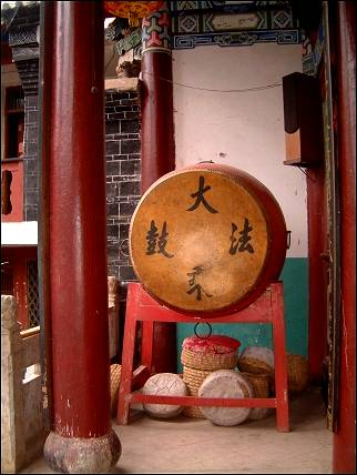 China, Yunnan - Huize, gong in temple