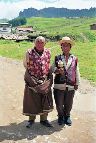 China, Sichuan - Nomads with sleeves wrapped around their waists