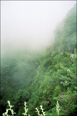 China, Yunnan - Hiking in the clouds