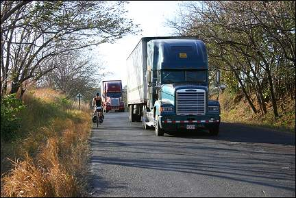 Costa Rica - Panamerican Highway, Gerrie with articulated truck