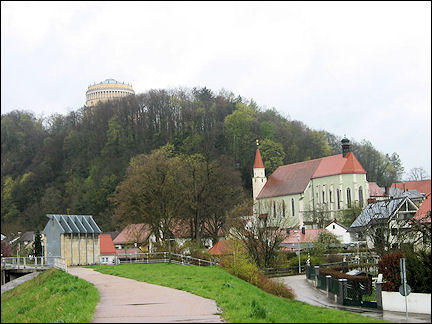 Germany, Bavaria - Kelheim, Befreiungshalle on Michelsberg and Franziskaner-Klosterkirche