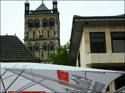 Germany, North Rhine-Westphalia - Outdoor café on Quirinuspltaz with view of Quirinus Münster