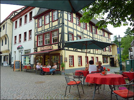 Germany, North Rhine-Westphalia - Outdoor café on the former salt market in Bad Münstereifel