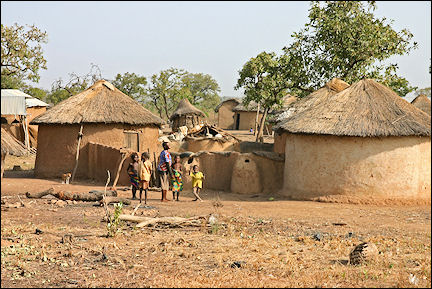 Ghana, Yendi-Tamale - Caracteristic round mud huts with dried-grass roofs