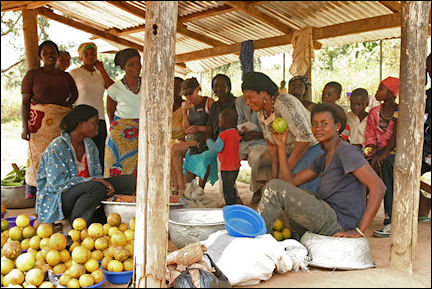 Ghana, Hohoe-Kadjebi - Stall with oranges