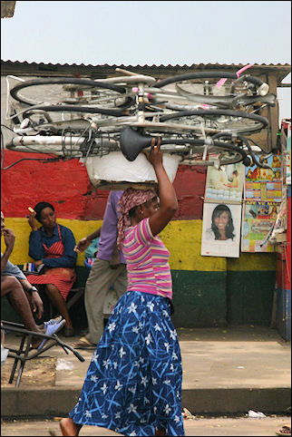 Ghana, Accra - Everything is carried on the head