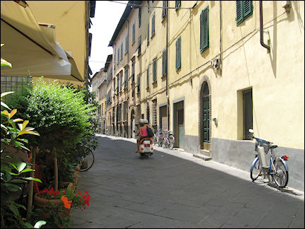 Italy, Tuscany - Lucca, pedestrian street