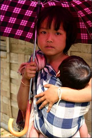 Laos - Luang Prabang, Kiou Na Cham-girl with child and umbrella