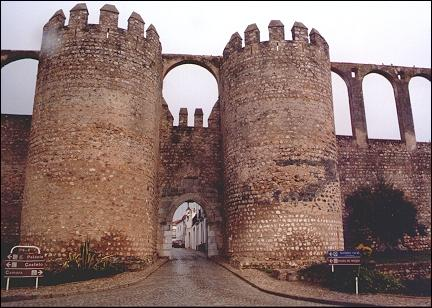 Portugal, Alentejo - Serpa, gate with aquaduct