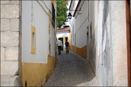 Portugal, Alentejo, Évora - Street in Moorish quarter