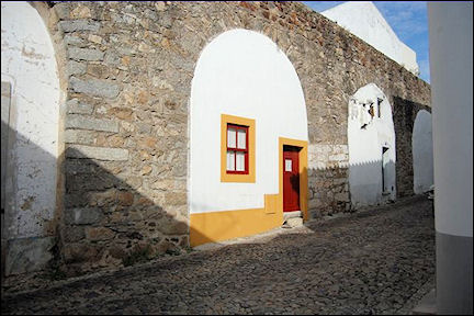 Portugal, Alentejo, Évora - Houses below the arches of the aquaduct