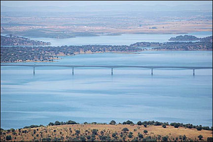 Portugal, Alentejo, Monsaraz - Bridge over Alqueva reservoir