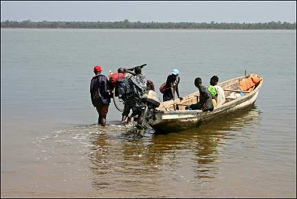 Senegal - Ziguinchor Sedhiou, loading our bicycles on the piroque