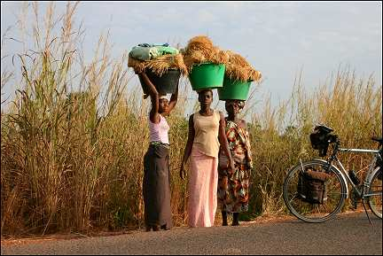 Senegal - Ziguinchor Sedhiou, women with loads on their heads