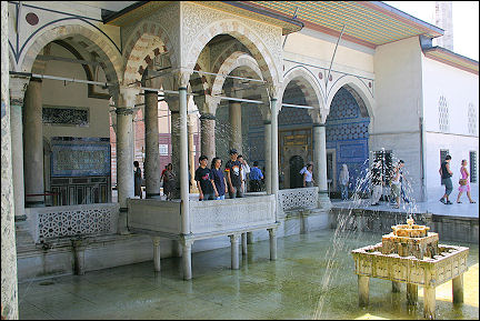 Turkey - Istanbul, Topkapi Palace: courtyard with fountain