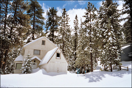 USA, Arizona - Snow-covered house in Big Bear City